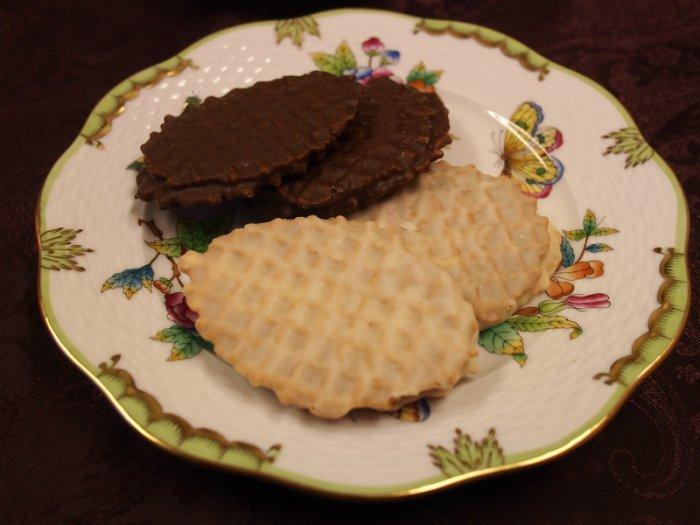 スイートチョコレートはブラックセサミ、ホワイトチョコレートにはラズベリーのクリームがサンドされています。