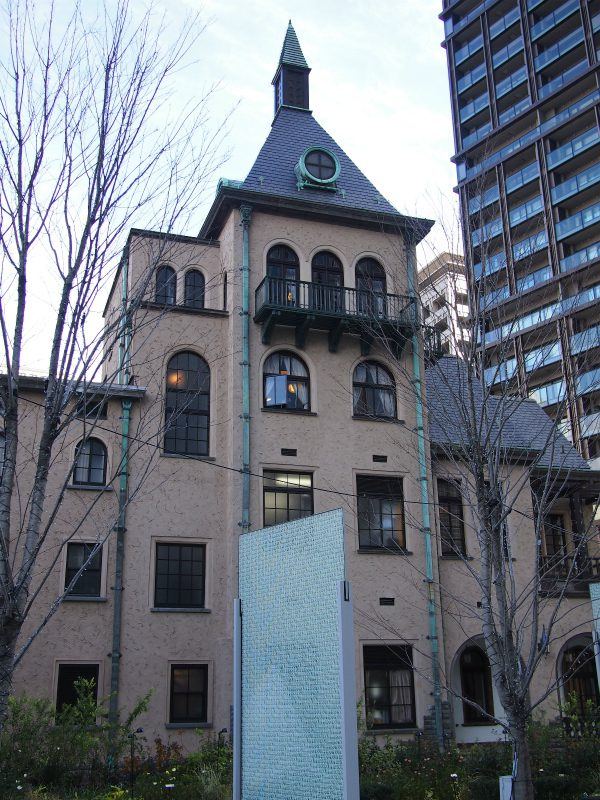 紀尾井町タワー側から見た赤坂プリンス クラシックハウス。裏側から見ると4階建てなんですね。