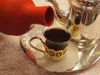 モルドワインティーの作り方7モルドワインティー用のシロップと紅茶をカップに注ぐ