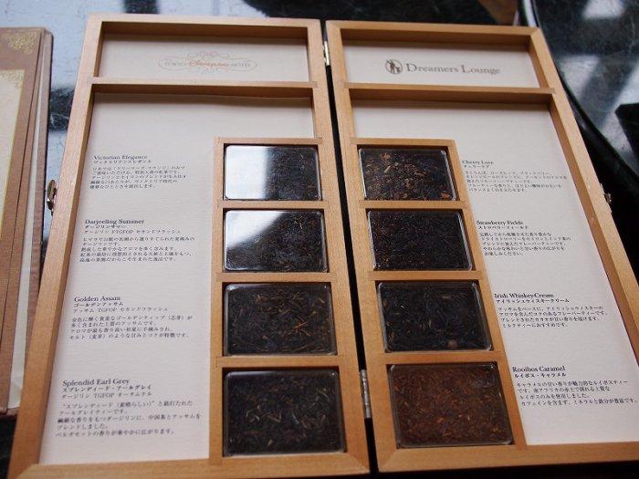 紅茶のメニューはこのように茶葉も見て選べます。