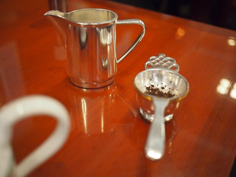 ミルクピッチャーとティーストレーナーは銀器です。