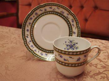 「マリー・アントワネット カップ&ソーサー」こちらは深さがあるタイプのカップ。カップの中に花束があるようなデザインです。