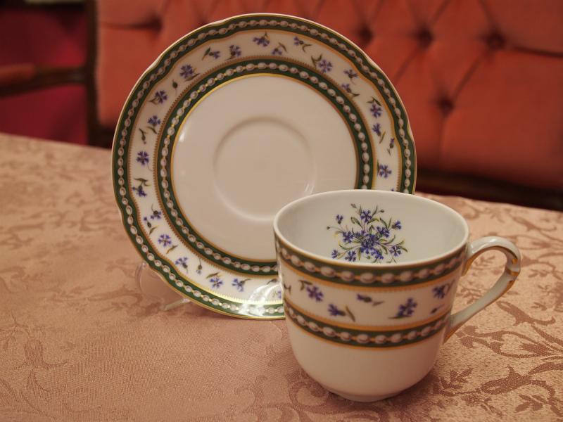 ロワイヤル ド リモージュ「マリー・アントワネット」カップ&ソーサーこちらは深さがあるタイプのカップ。カップの中に花束があるようなデザインです。