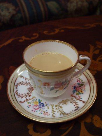 ミルクティーで紅茶を飲むならアッサムやウバ、ディンブラがおすすめ。これらの違いは紅茶をたくさん飲み比べないと、よくわからないかもしれません。