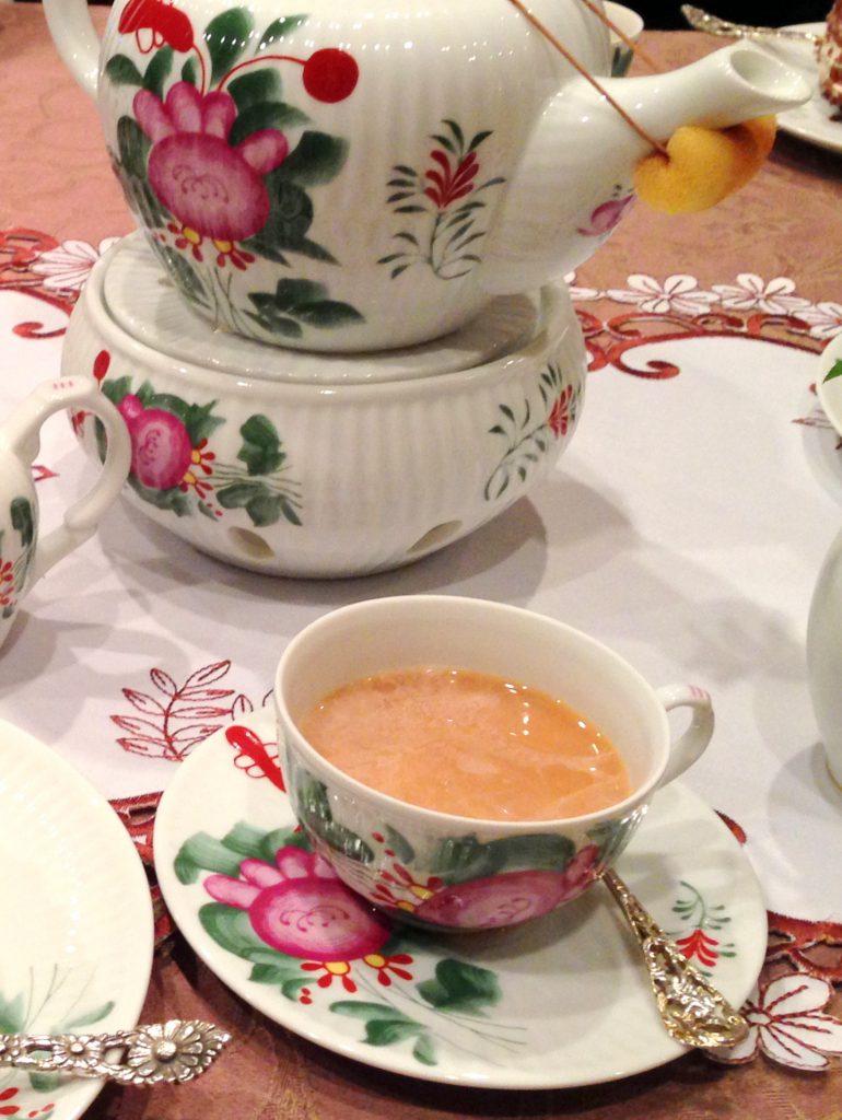こちらはオストフリースラントブレンドに生クリームを入れた紅茶。氷砂糖もたっぷり入れて楽しみました。