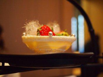 アマン東京ザ・ラウンジbyアマンの上段のスイーツ画像ホワイトチョコレートの器