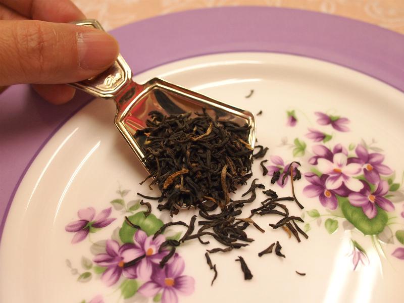 オーソドックス製法のアッサム茶葉。茶葉が大きく、金色のゴールデンチップが見えます。