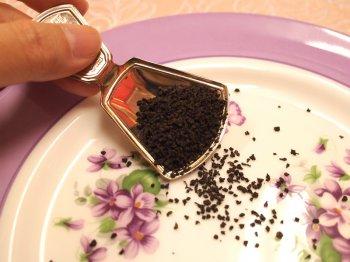 CTC製法のアッサム茶葉。細かく丸っこい形をしています。