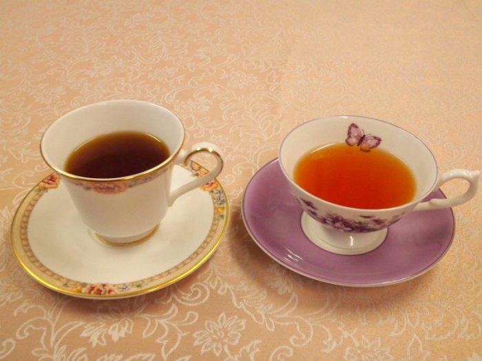 同じアッサムでも、ティーカップを変えると色がこんなに違います。どちらも同じアッサムティーです。 ストレートで飲むときにはぜひ、浅いティーカップを使ってみてくださいね。