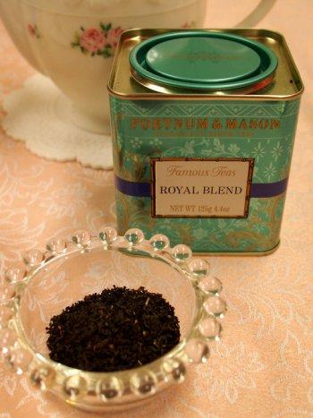 「フォートナム&メイソン ロイヤルブレンド」フォートナム&メイソンの通常の紅茶はこのような缶に入っています。こちらは定番のブレンドティー。上質なアッサムが入っています。