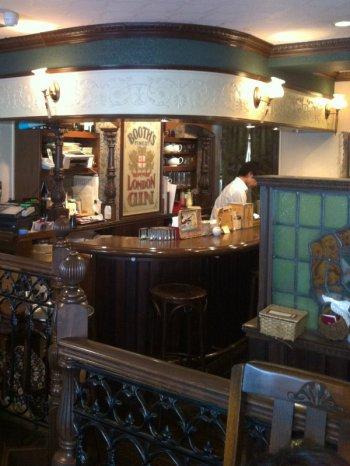 ジークレフ吉祥寺本店のそばには直営のティールームもあり、ゆっくり紅茶を楽しめます。