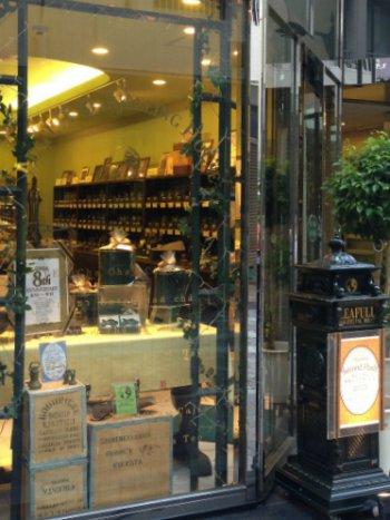 リーフル 銀座本店。質のいいダージリンがたくさん揃っています。