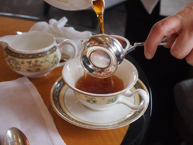 リッツカールトンのアフタヌーンティーの紅茶はカップサービスですが、カップの紅茶がなくなると、すぐに紅茶を注ぎに来てくれます。