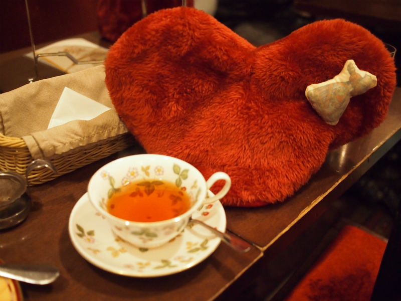 ティーサロンジークレフ アリスのアフタヌーンティーの紅茶べにふうき