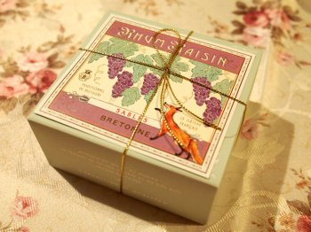 サブレ・ラムレザンは箱も可愛いです。キツネと葡萄(ぶどう)のイラストが描かれています。