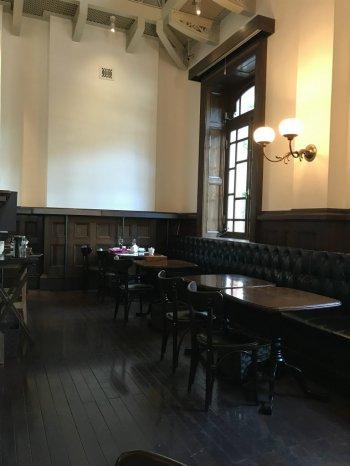 三菱一号美術館cafe1894のお席も素敵な感じです。