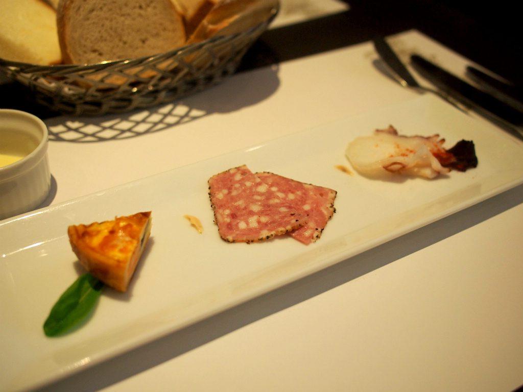 こちらは私が行った日の前菜。左からキッシュ、サラミ、タコです。