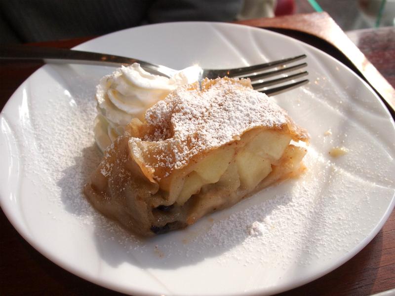 こちらはアプフェルシュトゥルーデル。アップルパイの原型となったお菓子です。