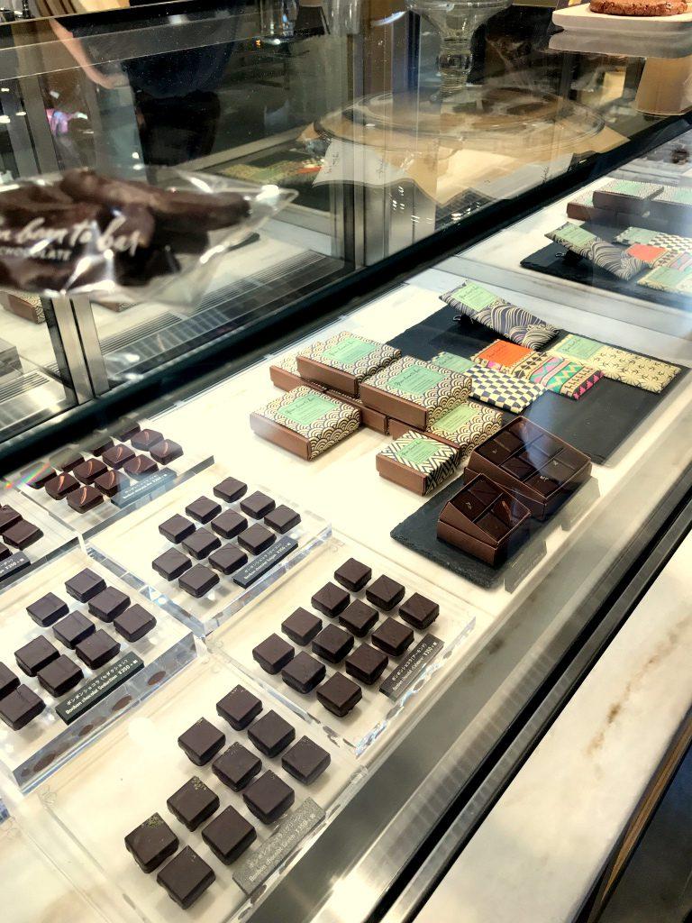 グリーンビーントゥバー チョコレートの店内のショーケース