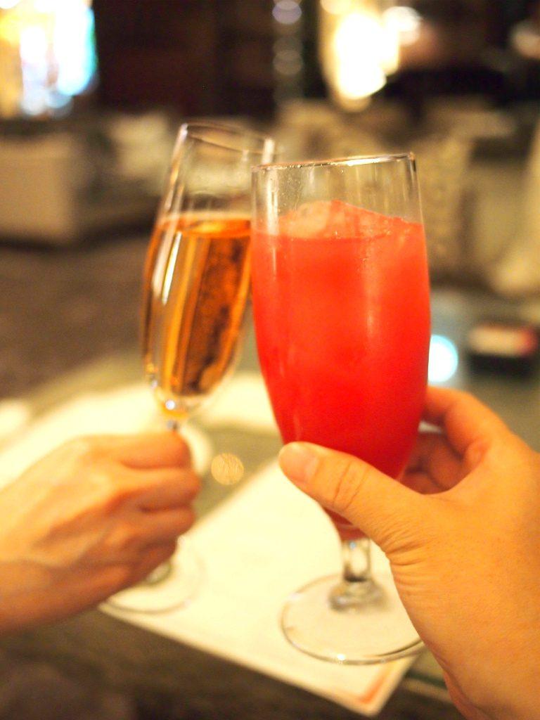 こちらはweb予約特典のウェルカムドリンク。左はシャンパン、右はノンアルコールカクテルです。