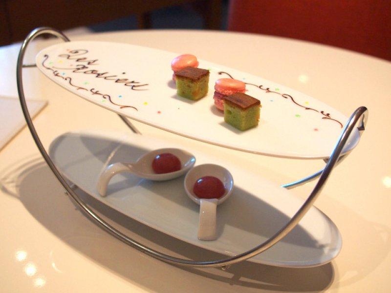 デザートは2段のプレート。上段はマカロンとプチケーキ