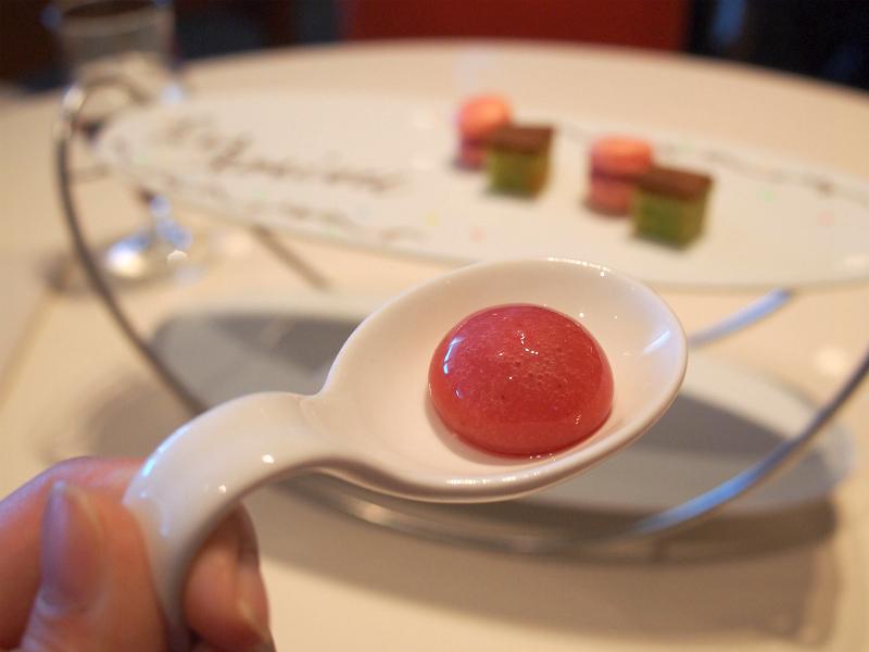 下段はラズベリーとトマトのジュレ。これもレロジェ エギュスキロールの定番ですね。以前、前菜で頂いたことがあります。
