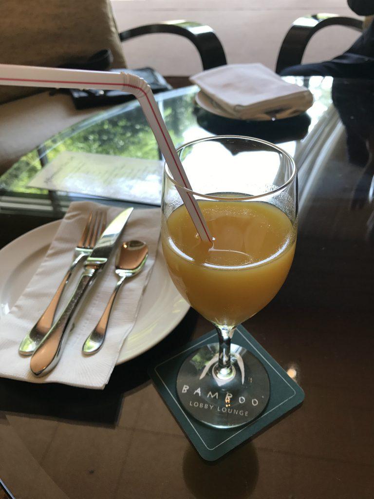 こちらはウェルカムドリンク。シャンパンなどのアルコールも選べますが私はお酒が飲めないのでオレンジジュースにしました。