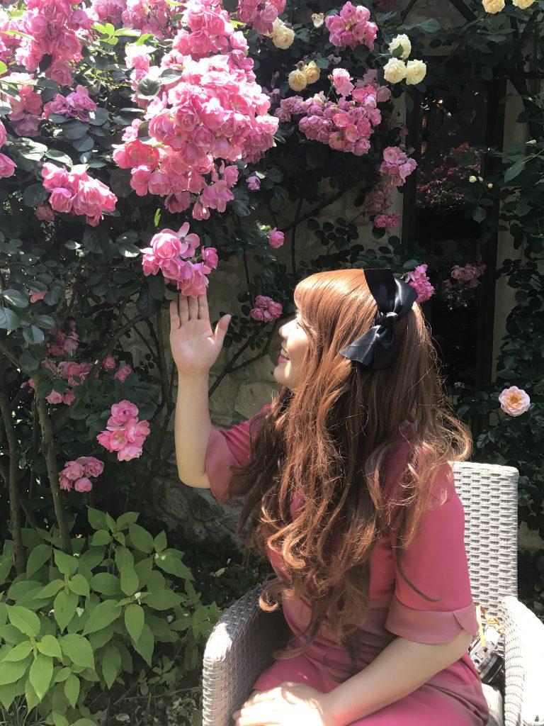 お洋服の色と合っている薔薇のところで撮影