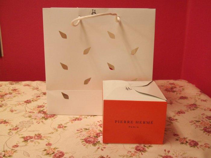 こちらはピエールエルメの紙袋とケーキの箱です。