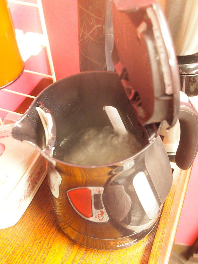 お湯はしっかり沸騰させることが大切です。500円玉くらいの大きな泡が出てくるまで沸騰させます。