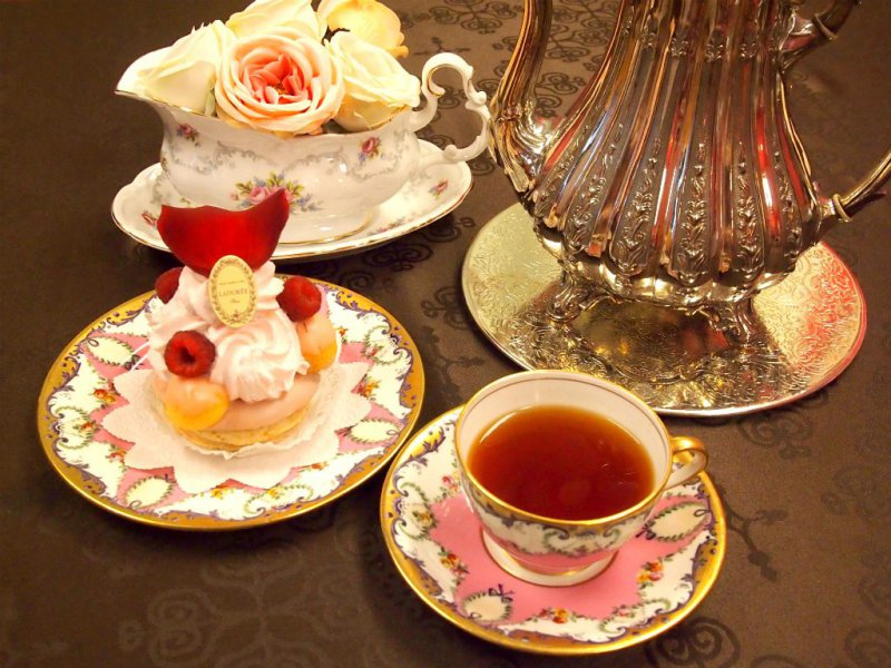 ラデュレの「サントノレローズフランボワーズ」と紅茶