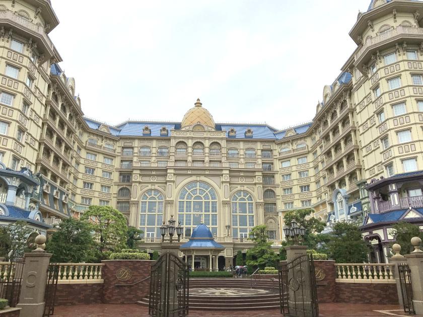 東京ディズニーランドホテルの外観。まるでヨーロッパの宮殿みたい!!!正面の大きな窓はドリーマーズ・ラウンジの窓です。