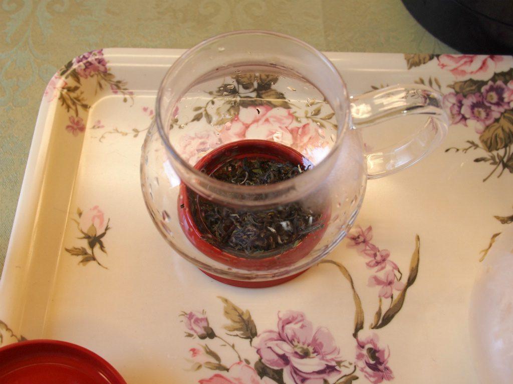 今回は300mlのアイスティーを作りたかったので、6gの茶葉をティーポットに入れました。