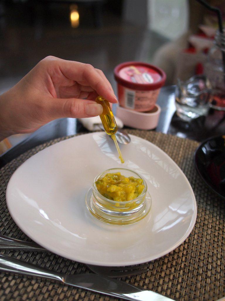 岩塩&オリーブベーグルラスク&アボカドディップはスポイトの中のオリーブオイルをお好みでかけます。