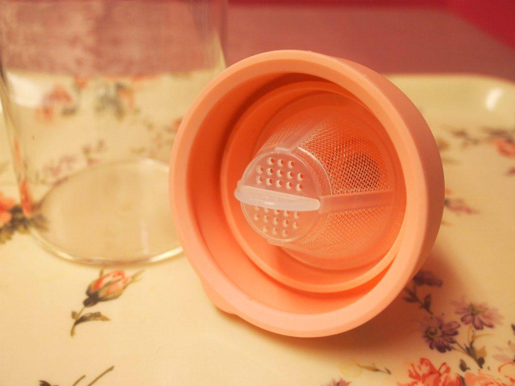 このようにふたの部分に茶こしが付いているので、リーフティーで簡単にアイスティーが作れます。
