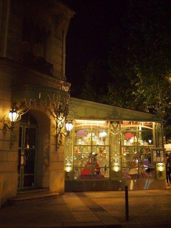 こちらは1997年にオープンした「ラデュレ シャンゼリゼ通り店」
