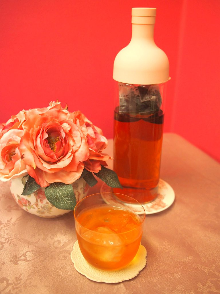 ハリオのフィルターインボトルの限定色(ペールピンク)を使って水出し紅茶を作りました。