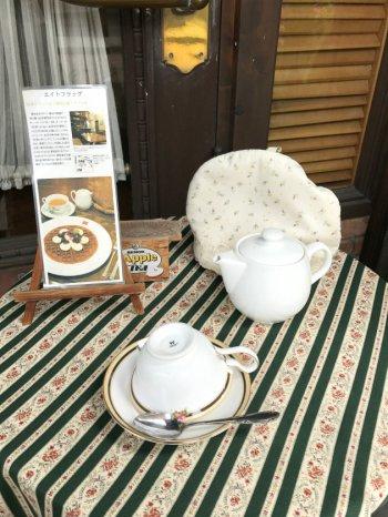 店頭のディスプレイのテーブル。ティーカップはもちろん英国ブランド。ウェッジウッドでした。