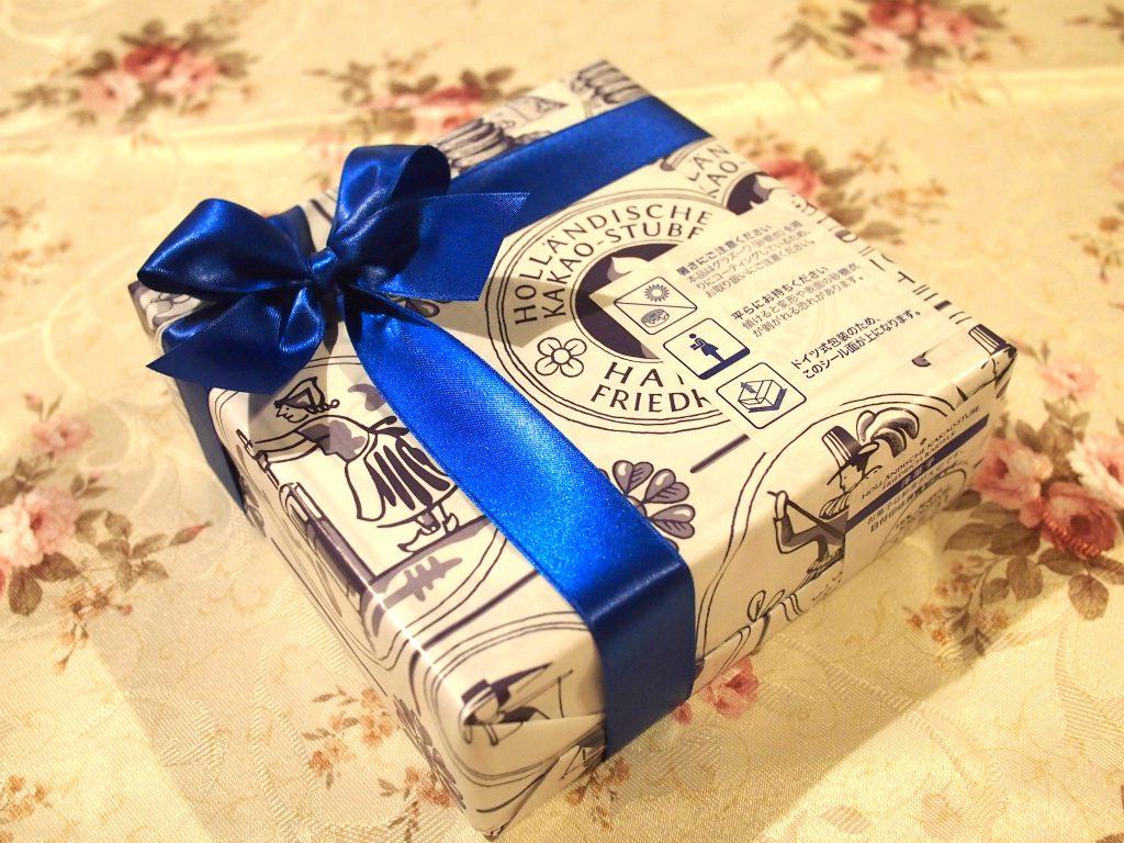 ホレンディッシェ・カカオシュトゥーベのバウムクーヘンのパッケージ。青いリボンが素敵です。