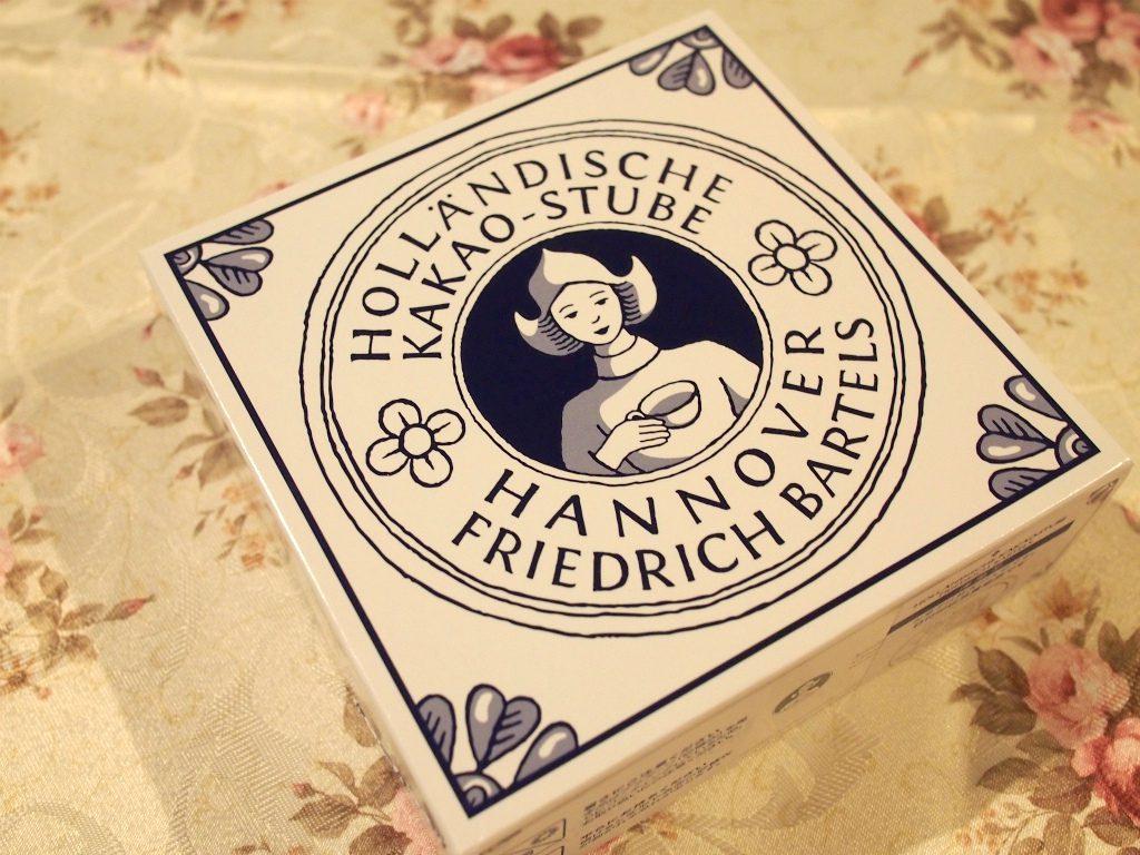 包み紙をはがすと、ホレンディッシェ・カカオシュトゥーベのアイコンの女の子のイラストが付いた箱が出てきます。