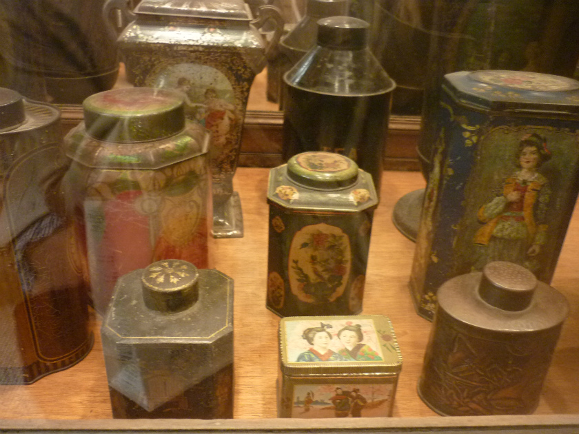 こちらは紅茶缶のコレクション