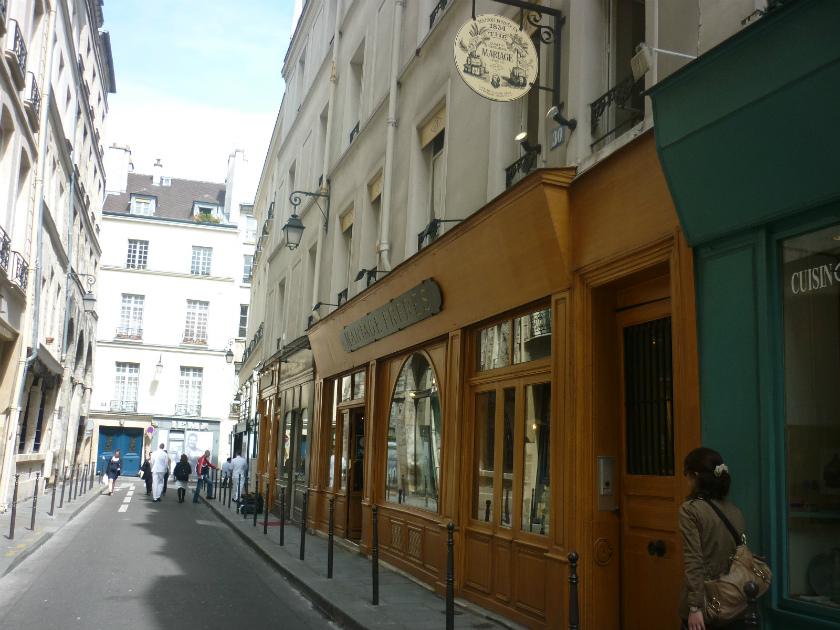 貴族のお屋敷がたくさんあったマレ地区にある、マリアージュフレール ル・マレ本店。ちょっと寂しい感じのする通りに面しています。