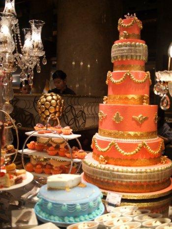 マリー・アントワネットの結婚がテーマなので華やかなウェディングケーキのオブジェがたくさんありました。