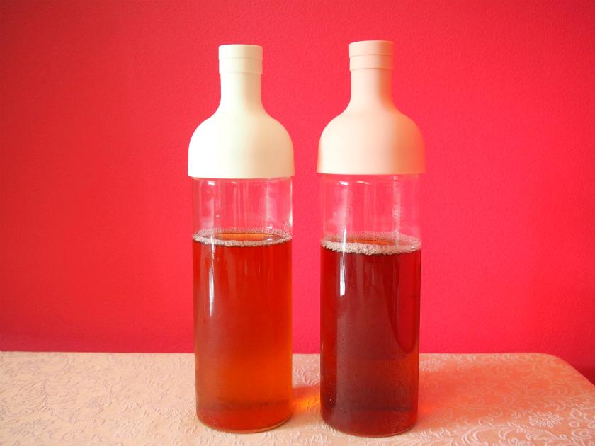 左が6分蒸らし、右が15分蒸らしの2度取り方式のアイスティーです。もちろん同じ茶葉を使っています。