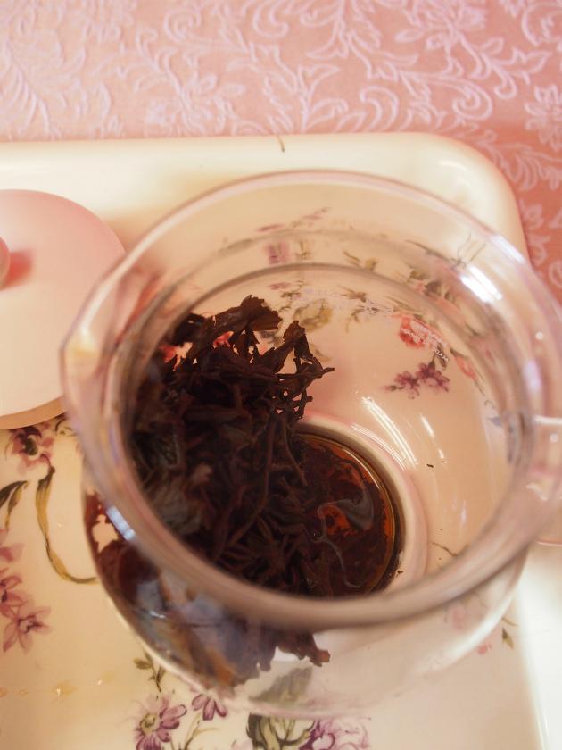 ティーポットの底に少し茶液が残っているくらいが理想です。
