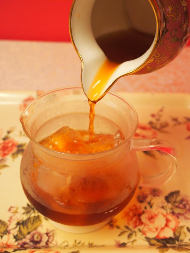 氷を入れた容器に茶液を注ぎます。