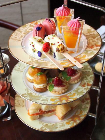 シャングリ・ラ ホテルのアフタヌーンティーのケーキスタンド