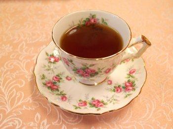 キャンディは紅茶の水色(すいしょく)は濃いオレンジ色です。