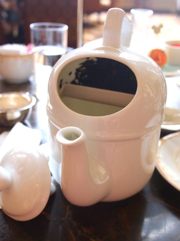 中はこのように2階建てになっていて、横にしてお茶を抽出した後に縦にすると、茶葉がお湯から隔離される作りになっています。