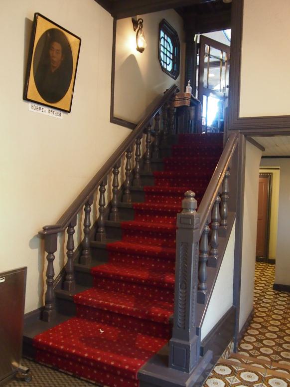 自由亭喫茶室は建物の2階。お店に入るまでの階段も素敵でした。